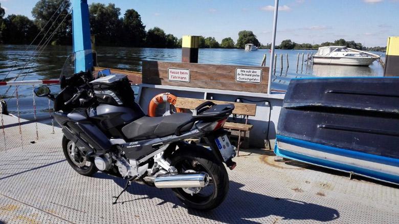 Motorradtour Hoher Fläming: Havelfähre Ketzin beim Übersetzen über die Havel mit einer Yamaha FJR 1300 bei einer Motorradtour Hoher Fläming