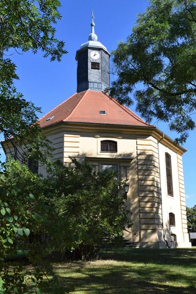 Motorradtour Hoher Fläming: Oktogonalkirche in Golzow, Lkr. Potsdam-Mittelmark vom Haupteingang aus südlicher Richtung gesehen