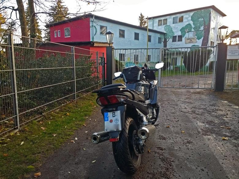 Ex-RSS Prieros 2017 nach gegenwärtiger Nutzung mit einem Motorrad im Vordergrund bei einer Lausitztour mit dem Motorrad