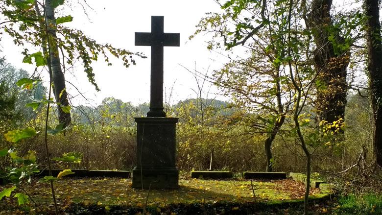 Gedenkkreuz im Schlosspark Gross Rietz in der Niederlausitz