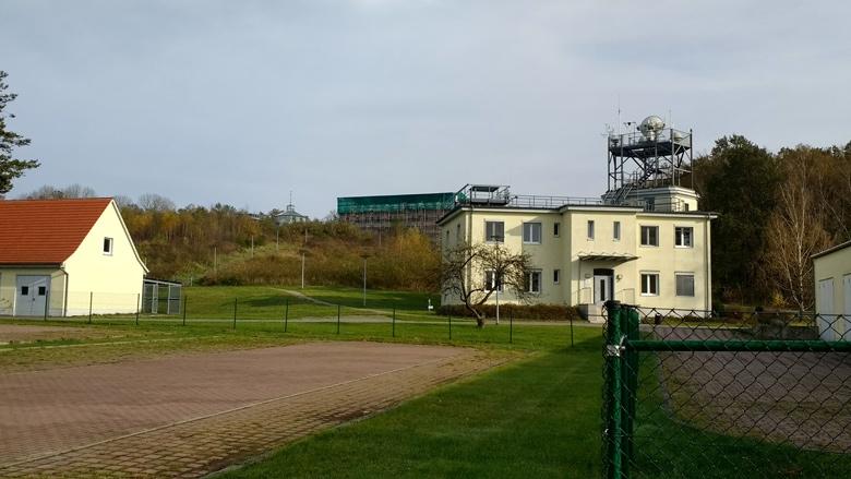 Wetterstation Lindenberg des Deutschen Wetterdienstes mit Instrumententurm und Windenhalle im Hintergrund