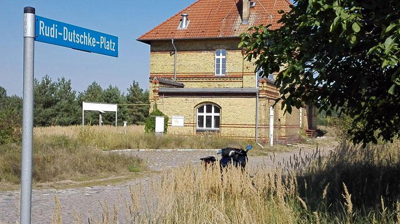 Bahnhof Schönfeld Rudi-Dutschke-Platz Landkreis Teltow-Fläming, besucht bei einer Motorradtour zu Architektur und Musik in Brandenburg