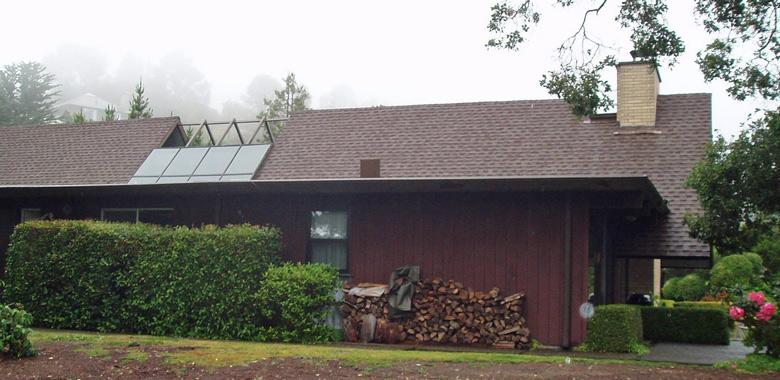Rotbraunes Holzhaus in Amerika im Nebel mit einem Stapel Kaminholz für den Winter an der Seitenwand