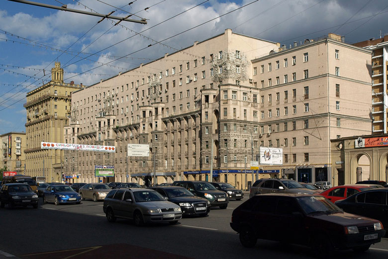 Kutusowski Bulwar in Moskau mit Straßenverkehr, Oberleitungen für Elektrobusse und Nachkriegswohnbauten entlang der Straße
