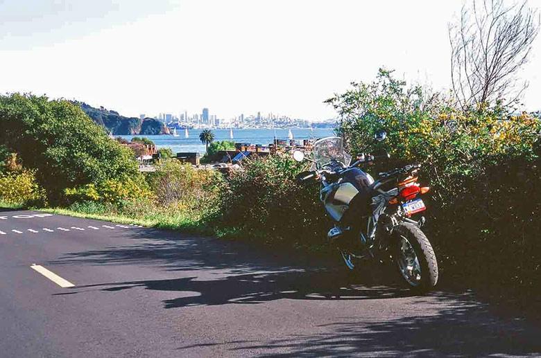 Motorrad BMW R 1200 GS auf dem Paradise Drive in Tiburon, Marin Co., Kalifornien (USA) mit der Stadtsilhouette von San Francisco im Hintergrund