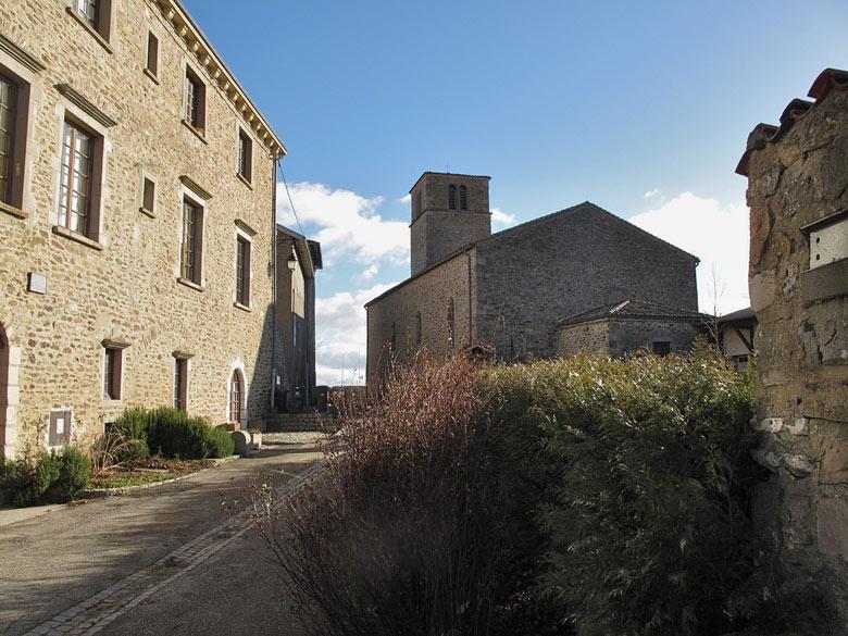 Schloss und Kirche von Riverie (Département Rhône), besucht bei einer weihnachtlichen Motorradtour