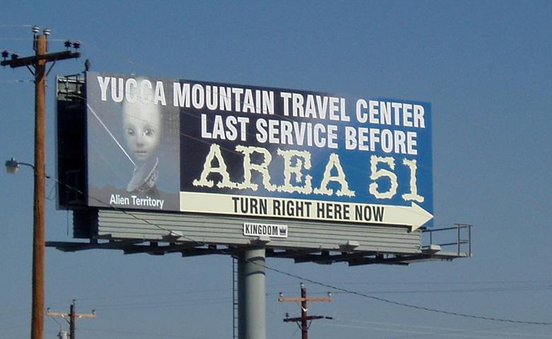 Hinweisschild Yucca Mountain Travel Center Area 51 in der Wüste von Nevada als Erinnerung daran, eine Motorradtour zu planen