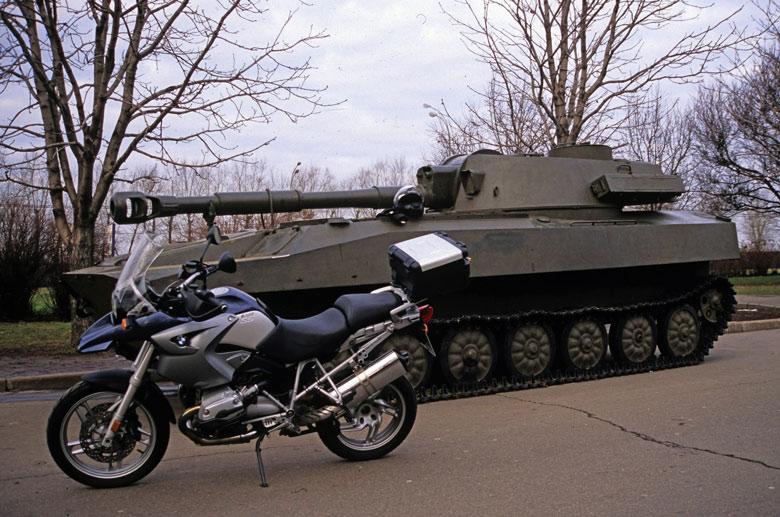 Motorrad BMW R 1200 GS vor Selbstfahrlafette 2S1 Gwosdika 122 mm am Siegespark in Moskau