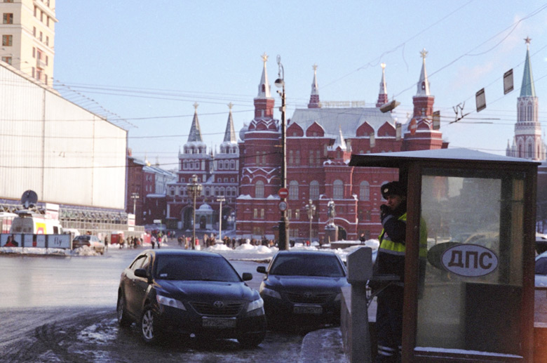 Twerskaja uliza in Moskau mit Rotem Platz im Hintergrund, davor ein Posten der Verkehrspolizei DPS.