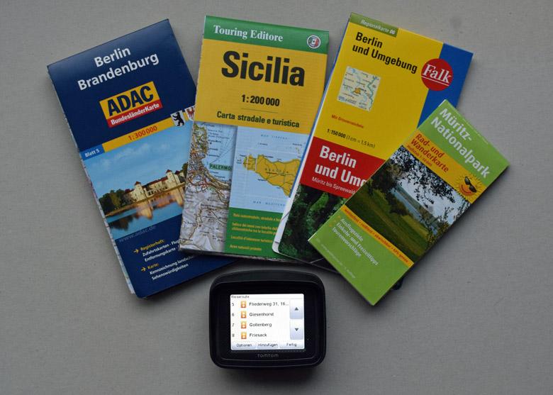 Motorradtour planen mit Landkarte und einem TomTom Navigationsgerät