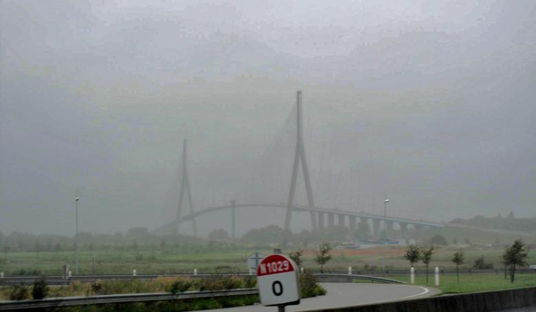 Pont du Normandie bei Le Havre in Frankreich im Unwetter
