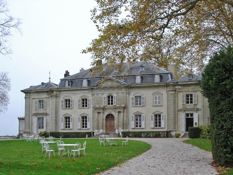 Motorradtour durch den Französischen Jura: Schloss Ferney-Voltaire bei Genf