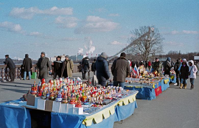 Trödelmarkt auf dem Sperlingsbergen in Moskau mit rauchendem Heizkraftwerk im Hintergrund, besucht bei einer vorweihnachtlichen Erkundungstour in Moskau