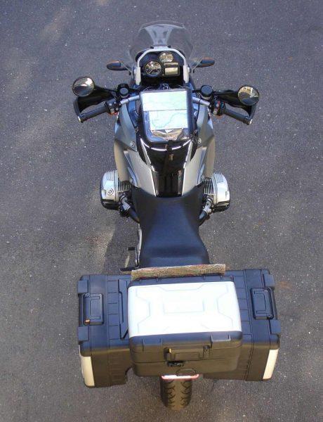 BMW R 1200 GS mit 2 Seitenkoffern und einem Heckkoffer als Beispiel für Smart Packing für die grosse Motorradtour