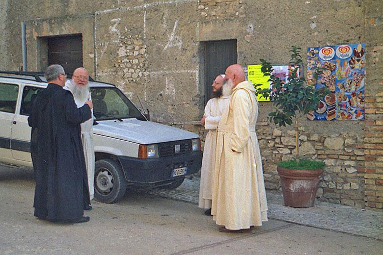 Mönche in der Benediktinerabtei Farfa mit einem FIAT Panda 4 x 4, gesehen auf einer Motorradtour durch Umbrien
