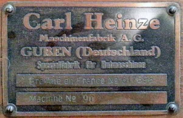 Herstellerschild auf einer Hutmaschine mit der Aufschrift Carl Heinze Maschinenfabrik A. G. Guben (Deutschland)