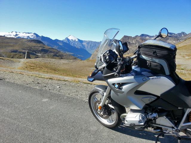 BMW R 1200 GS mit Tankrucksack am Col d`Iséran mit Blick auf die Bergwelt