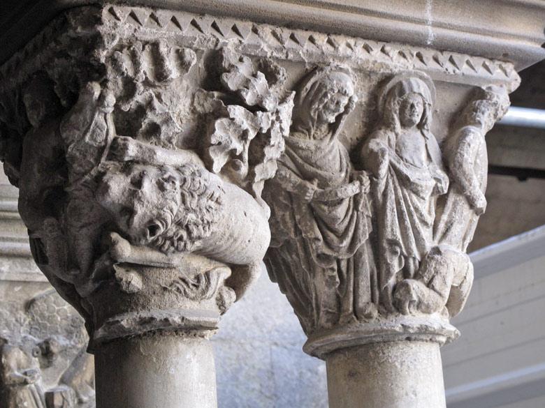 Doppeltes Kapitell in der Abbaye de Montmajour im französischen Département Bouches-du-Rhône, einige Kilometer nordöstlich von Arles