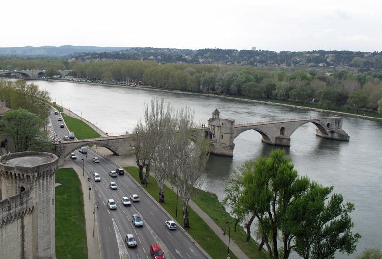 Brücke, auf Motorradtouren: Avignon Brücke und Uferstraße der Rhône mit Autos