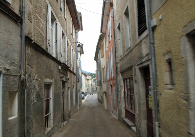 Schmale Ortsdurchfahrt in den Cevennen, aufgenommen bei einer Motorradtour durch Provence und Camargue