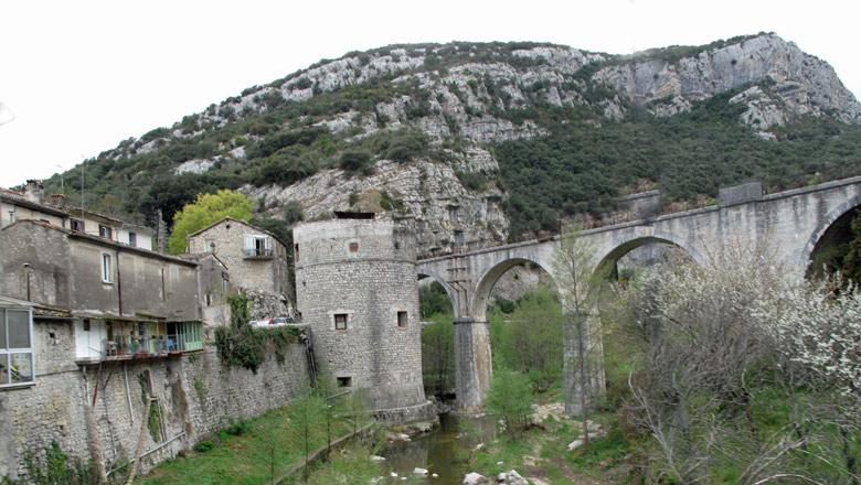 Altstadt von St-Bonnet-de-Salendri (Cevennen) mit Stadtmauer, Wehrturm und Steinbrücke