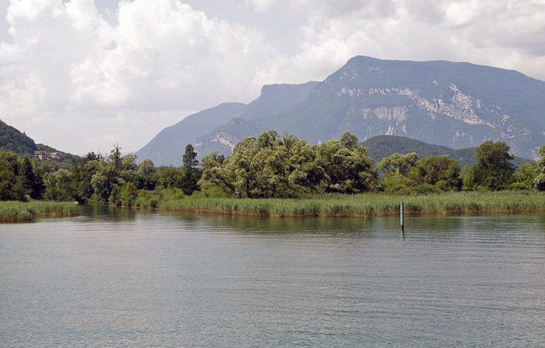 Col du Grand Colombier vom Lac de Bourget aus gesehen im französischen Departement Ain, besucht bei einer Motorradtour zu Kraftorten am Grand Colombier