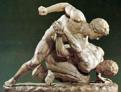 Skulpturengruppe, darstellend zwei griechische Pankrationkämpfer: Durchtrainierte Körper machen fit für die Motorradsaison.