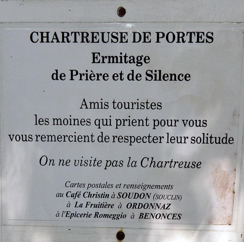 Schild am Eingang der Chartreuse de Portes mit der Bitte um Ruhe