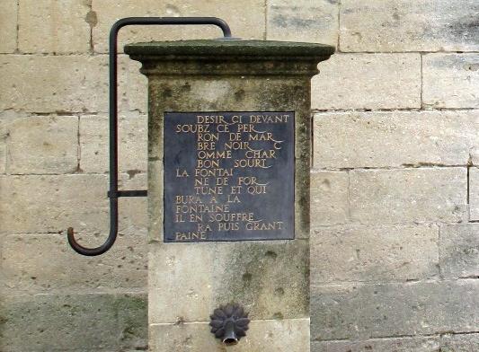Glücksbrunnen auf Burg Tarascon in Südfrankreich der jedem großen Schmerz androht, der sein Wasser trinkt. Besucht bei einer Motorradtour durch Provence und Camargue.