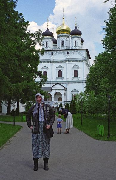 Verkleidete Motorradfahrerin mit Kopftuch im Dreifaltigkeitskloster Sergijew Posad in Russland