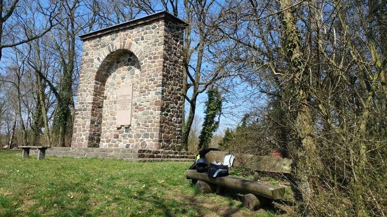 Bild vom Kriegerdenkmal auf dem Hagelberg im Lkr. Potsdam-Mittelmark, mit 201 m dem höchsten Berg in Brandenburg, zum Andenken an die Befreiungskriege 1813
