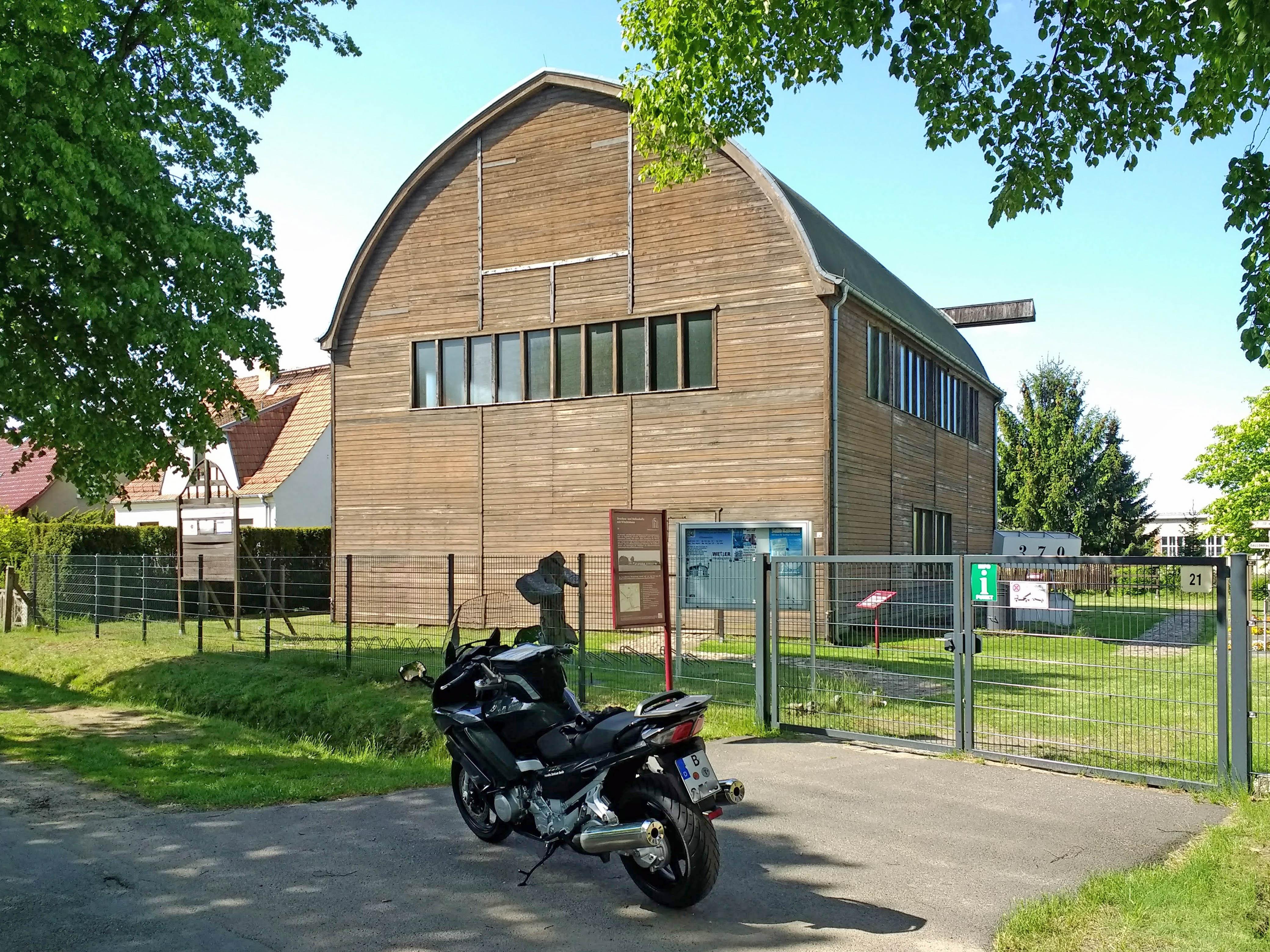 Ballonhalle in Lindenberg südlich von Beeskow in Brandenburg mit einem Motorrad im Vordergrund