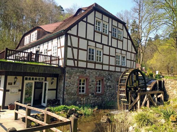 Boltenmühle im Landkreis Ostprignitz-Ruppin Boltenmühle im Landkreis Ostprignitz-Ruppin mit Fachwerkhaus und einem großen Mühlrad