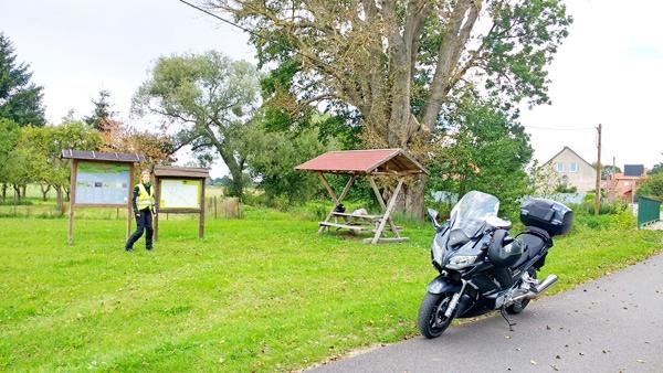 Pause bei einer Motorrad-Hausrunde ins Abseits: Motorrad Yamaha FJR 1300 am Straßenrand mit einer Rasthütte und einer rothaarigen Motorradfahrerin in gelber Weste