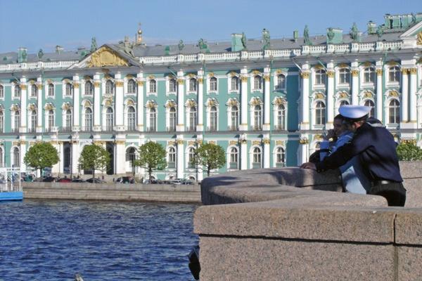 Eremitage in St. Petersburg von der Newa aus gesehen mit einem Matrosen und seiner Freundin im Vordergrund