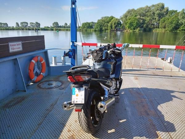 die schoensten flussfaehren auf der motorradtour: havelfähre ketzin mit einem schwarzgrauen motorrad yamaha fjr1300