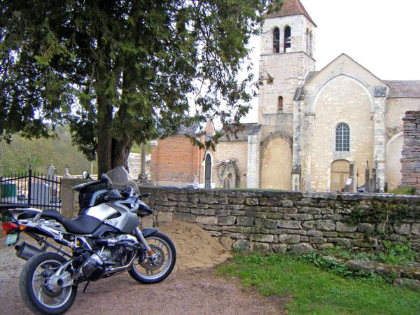 Ehemalige romanische Priorats-Kirche Notre-Dame-de-l'Assomption Lancharre (Burgund) mit einem Motorrad BMW R 1200 GS im Vordergrund