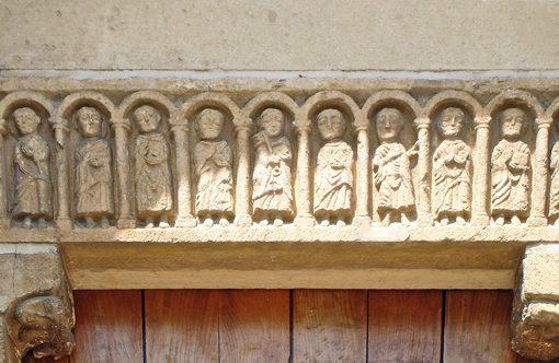 Bild vom Tympanon an der romanischen Kirche von Chateauneuf in Burgund mit 12 Aposteln