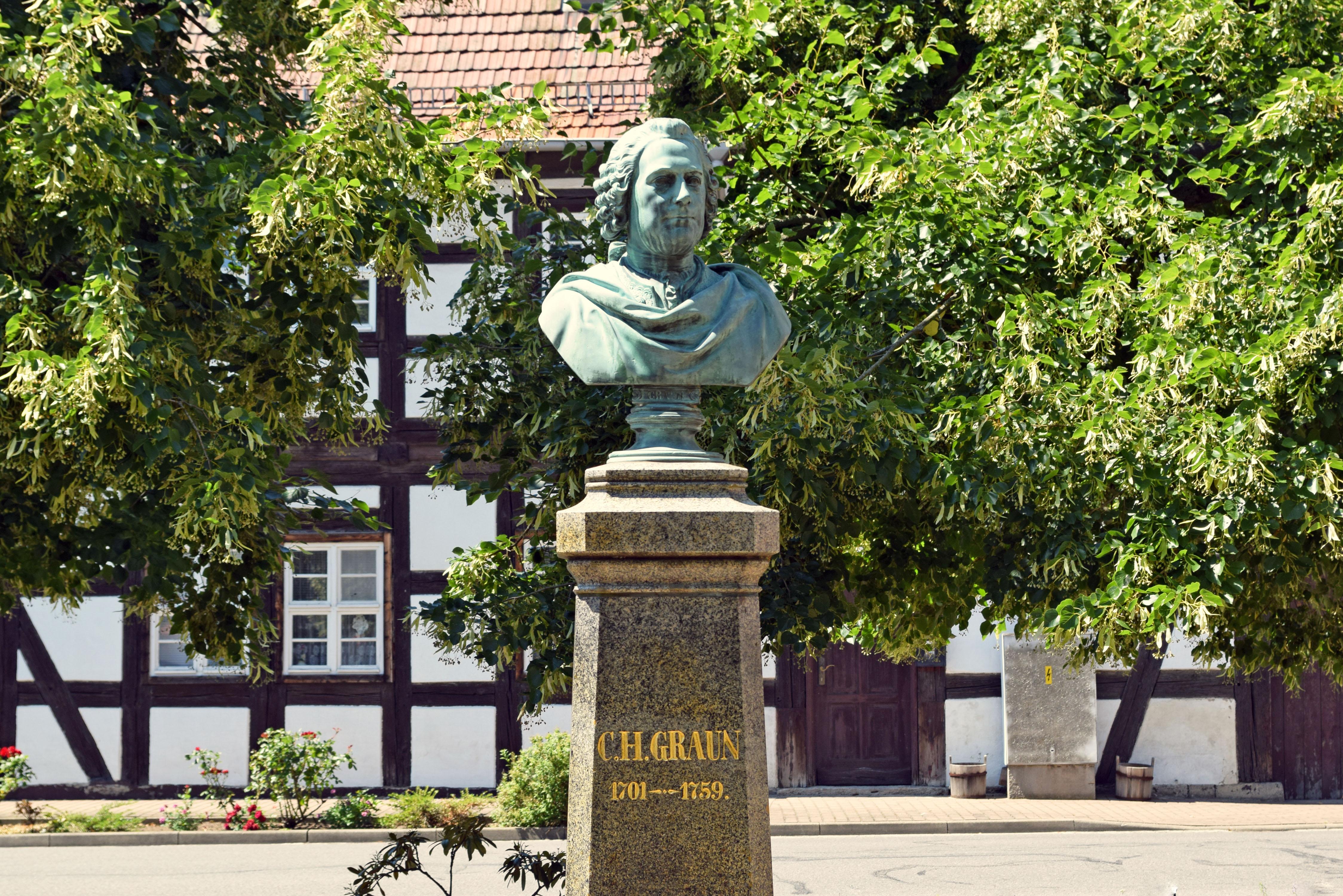 Denkmal für Carl Heinrich Graun in Wahrenbrück, besucht bei einer Motorradtour zu Architektur und Musik in Brandenburg