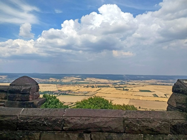Ein weiterer Höhepunkt der Süd-Nord-Motorradstrecke durch Deutschland: Panoramablick vom Kyffhäuser über das weite Land