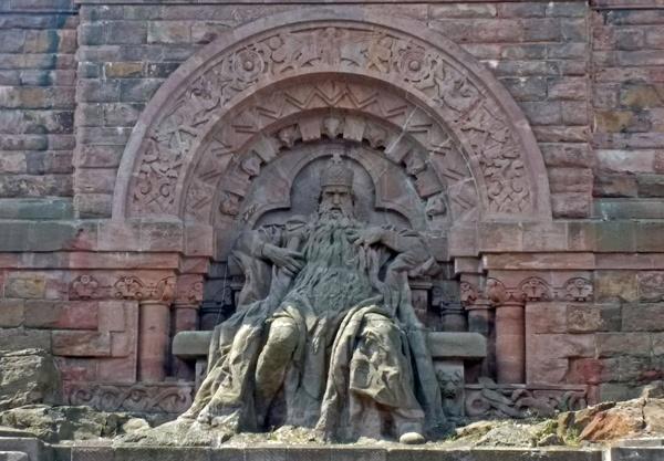 Denkmal Kaiser Barbarossa am Kyffhäuser mit langem Bart