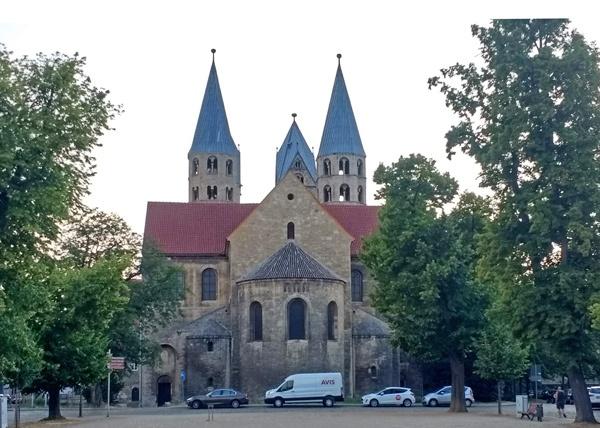 Romanik auf der Süd-Nord-Motorradstrecke durch Deutschland: Liebfrauenkirche in Halberstadt am Domplatz