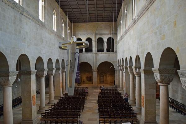 Kirchenschiff von St. Servatii in Quedlinburg mit massiven Säulen und Kapitellen