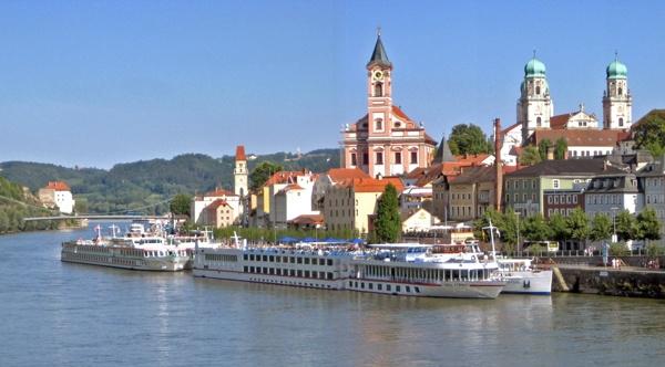 Ausgangspunkt der Süd-Nord-Motorradstrecke durch Deutschland: Altstadt von Passau mit Dom und weißen Passagierschiffen auf der Donau