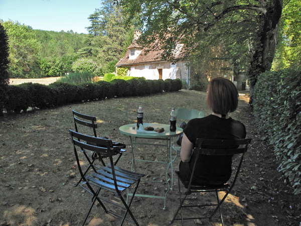Romantisches Picknick bei einer Motorradtour Südwestfrankreich Teil 1 im Schlosspark Puymartin im Périgord Südwestfrankreich