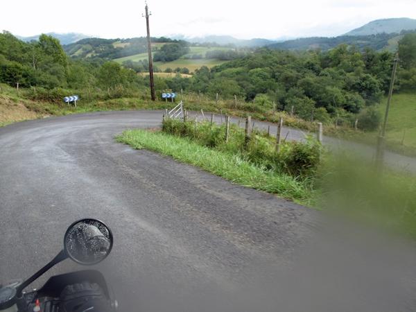 Col d'Osquich mit Serpentine in den französischen Pyrenäen bei Talfahrt im Regen, fotografiert bei einer Motorradtour Südwestfrankreich Teil 2