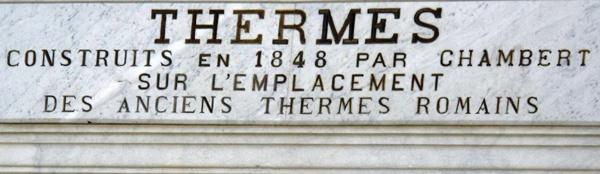 Inschrift Thermen Bagnères-de-Luchon in den französischen Pyrenäen mit Hinweis auf das Vorhandensein von Thermen zu römischen Zeiten