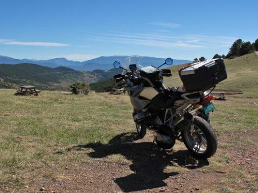 Bild vom El Cantó (Katalonien) mit Bergblick, einer Picknickbank und einer BMW R 1200 GS mit Heckkoffer und Tankrucksack im Vordergrund