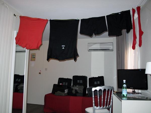 Wäsche auf der Leine im Hotelzimmer mit Funktionshemden und Strümpfen auf der Wäscheleine bei einer Motorradtour Südwestfrankreich Teil 2