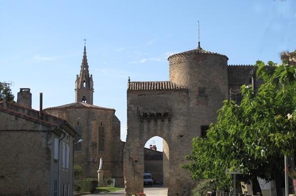 Katharerburg Montmaur südöstlich von Toulouse mit Dorfkirche im Hintergrund, besucht bei einer Motorradtour Südwestfrankreich Teil 2